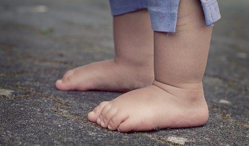 裸足の子供