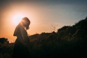 妊婦と夕日